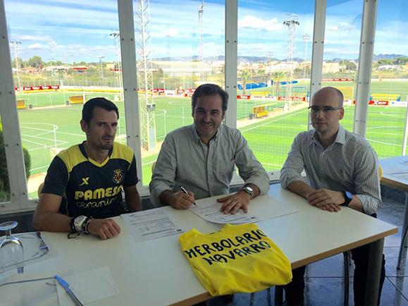 José Navarro, director gerente de HN, y el equipo médico durante la firma de renovación como proveedores del Villarreal CF