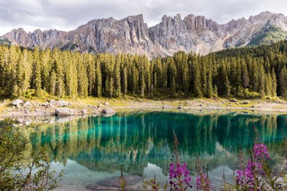 Paisaje natural con lago de agua cristalina