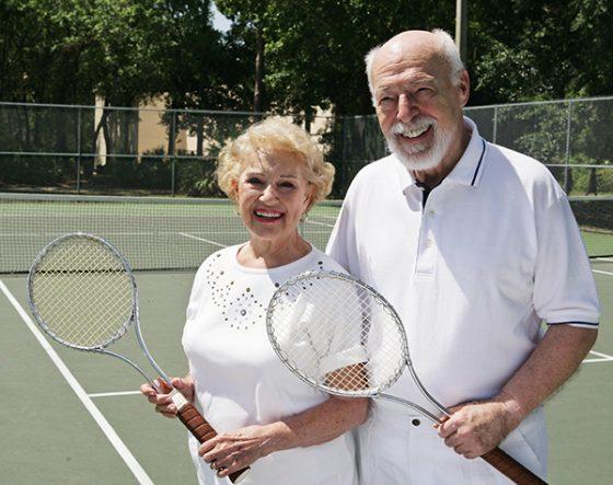 Seniors jugando tenis