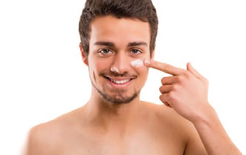 Chico aplicándose crema facial