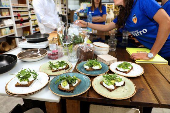 Jugadoras del Valencia CF Femenino participando en un taller de cocina saludable en Herbolario Navarro