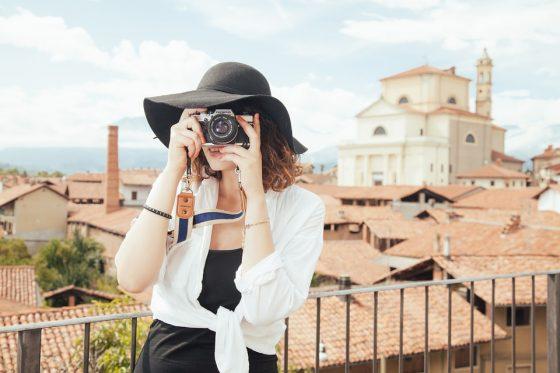 Mujer de vacaciones fotografiando monumentos