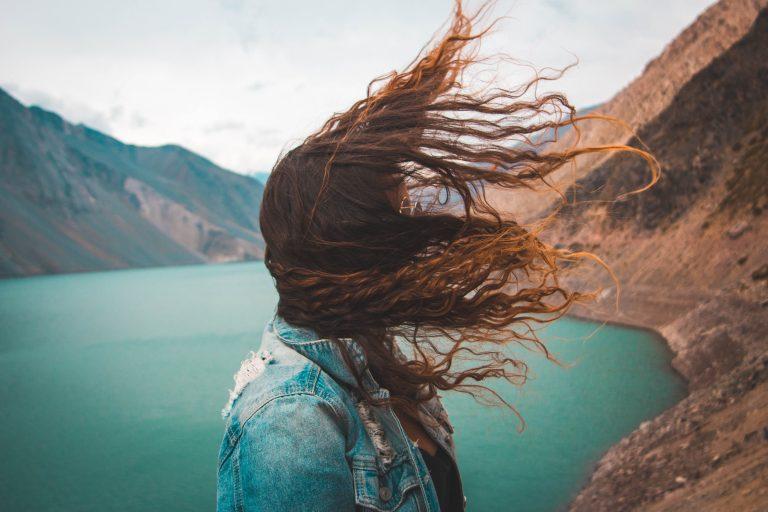 Chica con el cabello al viento