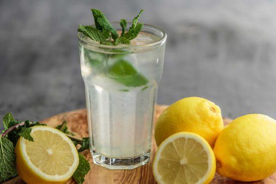 Aguas saborizadas con limón y menta