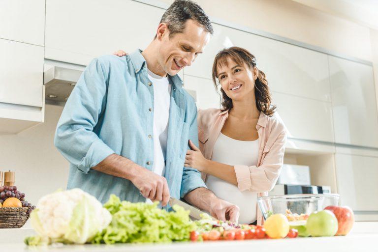 Pareja Previene el Colesterol con Comida Sana