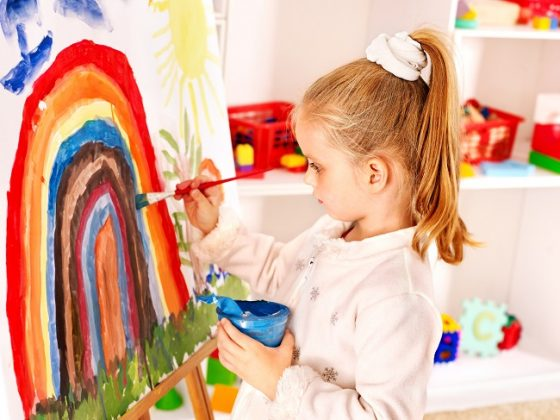 Niña pintando un cuadro