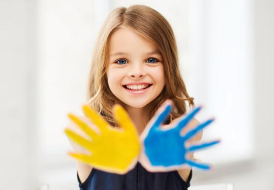 Niña con manos pintadas