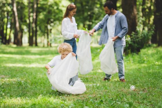 Familia combatiendo las amenazas ecológicas