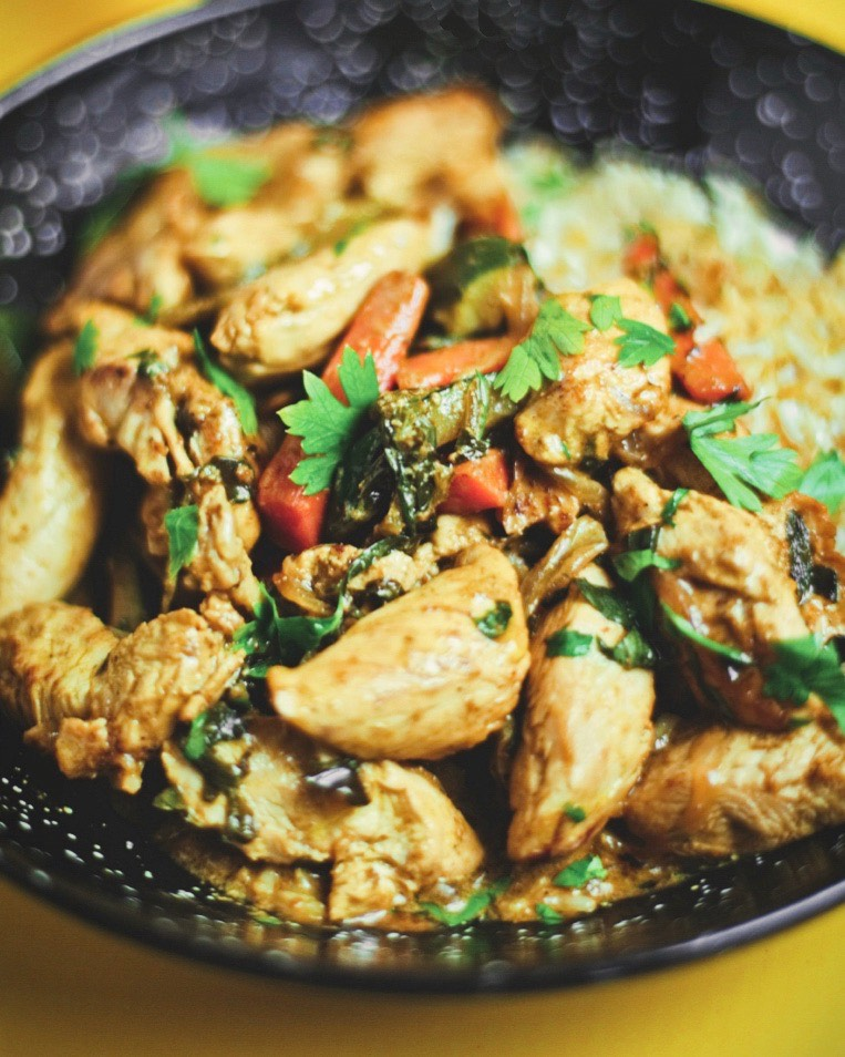 Receta nutritiva de pollo al curry indio